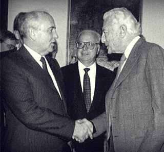 With the Russian Soviet President Michail Gorbaciov, visiting La Stampa,  in 1989.