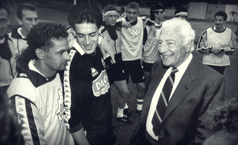 Gianni Agnelli  with the Juventus  players in 1993. Among them Baggio, Torricelli, Platt, Di Livio, Ravanelli and  Vialli