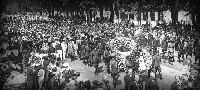 The massive  crowd during the funeral of Edoardo Agnelli, Gianni's father,  in 1935.